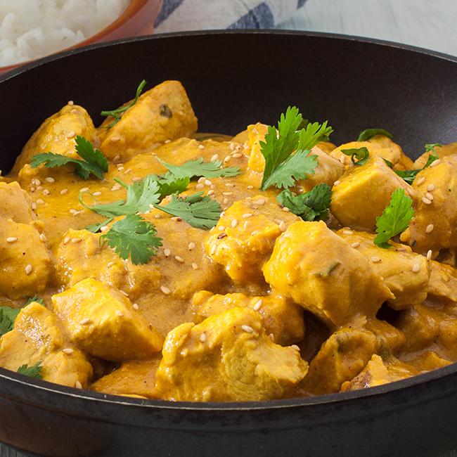 Dadolata di petti di pollo sous vide con salsa al curry e riso